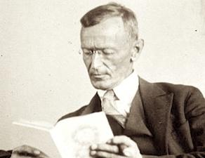 """Herman Hesse :""""Siddhartha dit : """"..Tiens, mon bon Govinda, voici une des pensées que j'ai trouvées : la sagesse ne se communique pas. La sagesse qu'un sage cherche à communiquer a toujours un air de folie."""" -Tu veux rire ? demanda Govinda. - Pas du tout. Je te dis ce que j'ai trouvé. Le Savoir peut se communiquer, mais pas la Sagesse. On peut la trouver, on peut en vivre, on peut s'en faire un sentier, on peut, grâce à elle, opérer des miracles, mais quant à la dire et à l'enseigner, non, cela ne se peut pas. C'est ce dont je me doutais parfois quand j'étais jeune homme et ce qui m'a fait fuir les maîtres.""""...."""